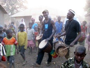 Sayon playing in Kouya Sidia for the children.